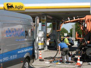 Entsorgungsfahrzeug/Saugwagen und Wartungs.-/Sanierungstrupp auf einer gemeinsamen Baustelle