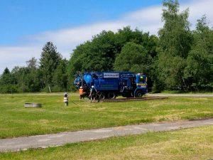 Saug.-/Spülwagen vor einem weiteren Becken für Mineralölhaltiges (Ab)Wasser-Schlamm Gemisch