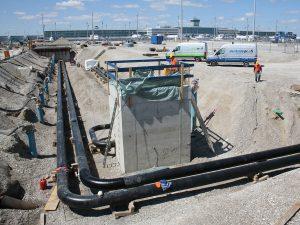 Sicht auf einen der Havarie Behälter mit Pipeline, von außen