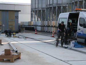 Montageteam beim Aussaugen der Fugen und Anrichten des Verfugungsmaterials