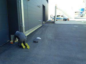 Gebäude.- und Bodenkannte werden vor einbringen der Stoßfuge abgeklebt (1)