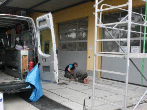 Die Nivellierung der Fugentiefe erfolgt über entsprechendes Auffüllen von Untiefen mit Quarzsand