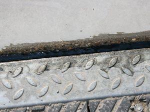 Detailsicht der fertigen Verfugung am Stoss: Ablaufrinne – Betonplatte