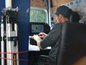 Generalinspekteur/Monteur bei der Anlage einer Dichtprüfung am PC/Messgerät