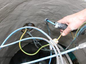 Schadhafte Kabeldurchführungen und Abdichtungen für die Überwachungseinrichtung werden repariert oder ausgetauscht