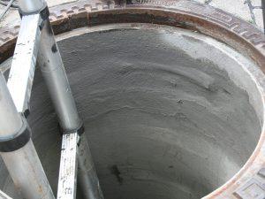 Gereinigter Schacht wird über ein zugelassenes System, hier eine mineralische Grundschicht Fa. IPA aufgebaut