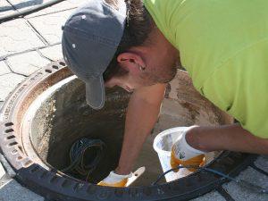 Nächster Arbeitsschritt zur Sanierung des Schachtaufbaus: aufbringen einer Dichtschicht