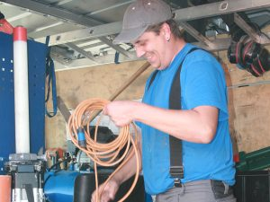 Monteur beim Aufbau der Messapparatur für die Dichtprüfung