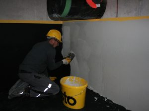 Aufbringen der Deckschicht an der Wandfläche (dritte Schicht – STO WHG Deck)