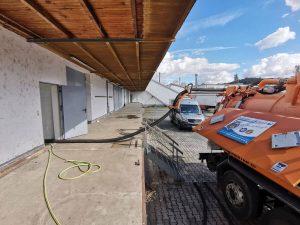Absaugen und fachgerechte Entsorgung der Prüfflüssigkeit erfolgt über Saugwagen
