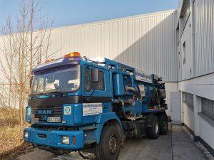 Saugwagen zur Reinigung von Verschmutzungen und Entsorgung