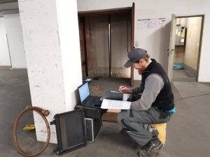 Monteur richtet Messequipment ein, legt den Prüfauftrag an und prüft die vorhandenen Dokumente